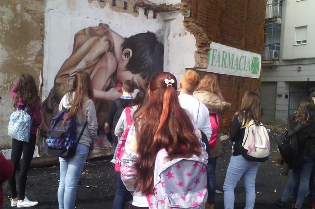 grupo de niños mirando la obra