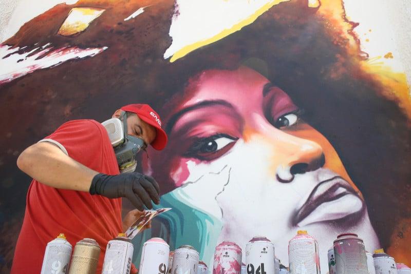 manomatic trabajando en un graffiti en Punta Umbría